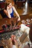 有混乱的可爱的妇女香槟长笛  免版税库存照片