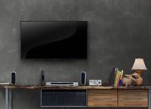 有混凝土墙的被带领的电视木媒介家具在客厅 免版税图库摄影