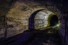 有混凝土墙的被放弃的地堡隧道 库存照片
