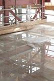 有混凝土板的一个建造场所与水水坑和脚手架 免版税图库摄影