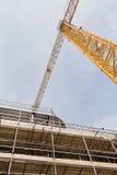 有混凝土板的一个建造场所被修造相连与脚手架 免版税图库摄影