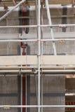 有混凝土板的一个建造场所被修造相连与脚手架 库存图片