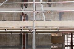 有混凝土板的一个建造场所被修造相连与脚手架 库存照片