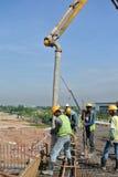 有混凝土泵起重机的建筑工人 库存图片