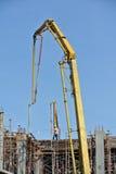 有混凝土泵起重机的建筑工人 免版税库存照片