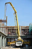 有混凝土泵起重机的建筑工人 图库摄影