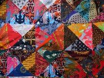 有混杂的织品特写镜头的蜡染布被子 免版税库存照片