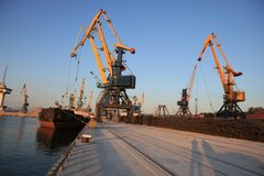 有清早起重机、路轨和船的海港 免版税库存照片