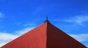 有清楚的云彩蓝天的砖屋顶 库存照片