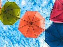 有清楚的天空的五颜六色的伞在晴天底视图 库存照片
