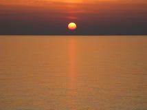有清楚的天际、日落、深红天空和云彩的太平洋 免版税库存图片