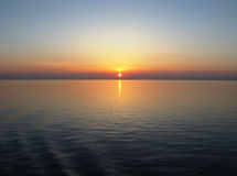 有清楚的天际的,日落,在镇静水的蓝天反射太平洋 免版税库存图片