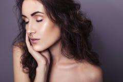 有清楚的新鲜的皮肤和卷发的美丽的深色的妇女 免版税库存图片
