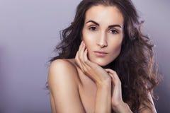 有清楚的新鲜的皮肤和卷发的美丽的深色的妇女 库存照片