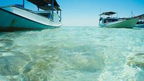 有清楚的海白色的关闭的一条传统小船从小船海和前面采取 库存图片