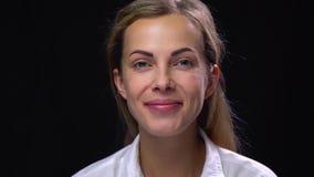 有清楚的皮肤的,黑背景愉快的微笑的妇女 股票录像