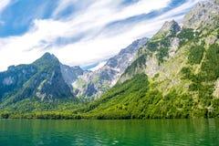 有清楚的绿色水、反射、山和天空背景的,巴伐利亚,德国Konigssee湖 库存图片