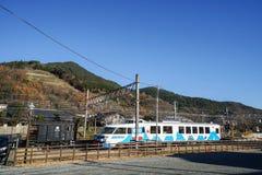 有清楚的蓝天背景的动画片设计铁路火车 库存照片