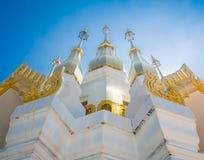 有清楚的青斑天空的金黄塔在佛教寺庙, Ubon Ratch 免版税图库摄影