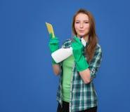 有清洁愉快浪花的瓶和微笑的清洁女仆 义卖市场 免版税图库摄影