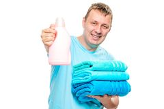 有清洁毛巾的愉快的一家之主和洗涤的一个胶凝体穿衣 库存图片