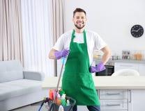 有清洁物品的年轻男性工作者 免版税库存图片