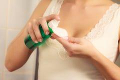 有清洗她的皮肤的棉花棒的妇女 免版税图库摄影