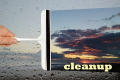 有清洗玻璃窗的一块白色塑料刮板的手 免版税库存照片