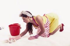 有清洗地板的布料和桶的俏丽的佣人 免版税图库摄影