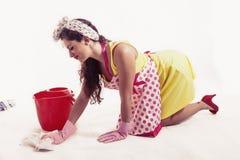 有清洗地板的布料和桶的俏丽的佣人 图库摄影