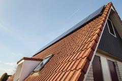 有清洁能源的议院,在屋顶安装的太阳电池板 库存图片