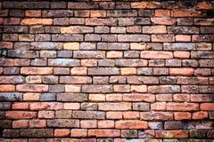 有渐晕的红橙色砖墙 免版税库存图片
