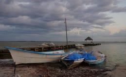 有渔夫小船的海滩和海洋码头全景在chelem墨西哥 库存照片