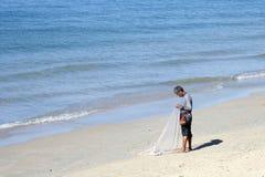 有渔网的泰国渔夫在Ao Nang海滩 免版税库存图片