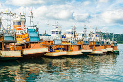 有渔船的普吉岛码头 免版税库存照片
