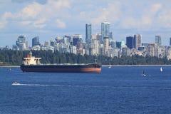 有温哥华地平线的船 免版税库存图片