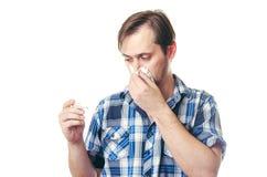 有温度计抹的人流鼻涕围巾 免版税库存照片