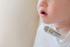 有温度计的一个孩子 免版税库存照片