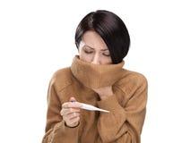 有温度计的一名冷妇女 库存照片