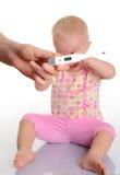 有温度计的逗人喜爱的婴孩在空白背景 免版税库存照片