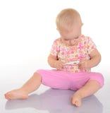 有温度计的逗人喜爱的婴孩在空白背景 库存图片
