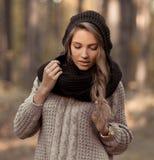 有温暖的衣裳的虚幻的完善,肉欲,诱人的典雅的女孩,帽子,毛线衣 摆在女孩户外,在秋天forestSunny好女孩 库存照片