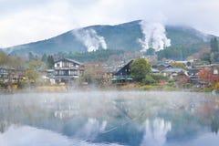有温泉烟的,日本汤布院镇 库存照片