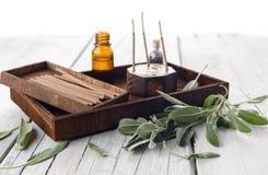 有温泉芳香疗法成套工具的新鲜的贤哲叶子 库存照片