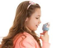 有温驯的宠物鸟鹦哥的女孩 免版税库存照片