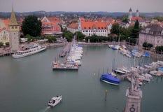 有港口和小船的历史的老镇 免版税库存照片