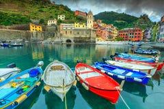 有港口和小船的,五乡地,意大利,欧洲韦尔纳扎村庄 免版税库存照片