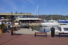 有港口餐馆的豪华港口 免版税库存图片