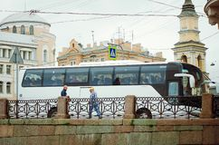 有游人乘驾的一辆公共汽车在桥梁在圣彼德堡 免版税库存照片