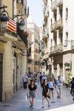 有游人和古董大厦的小街道在巴塞罗那 免版税库存图片